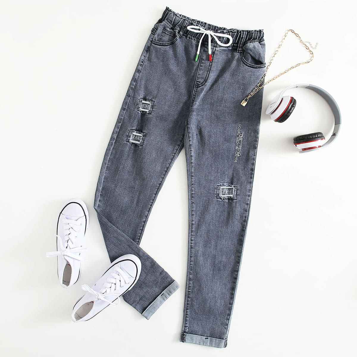 На кулиске буква джинсы