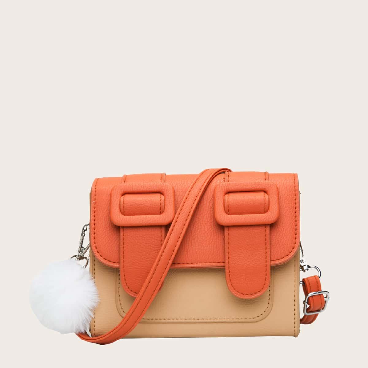 Контрастная сумка через плечо с помпоном