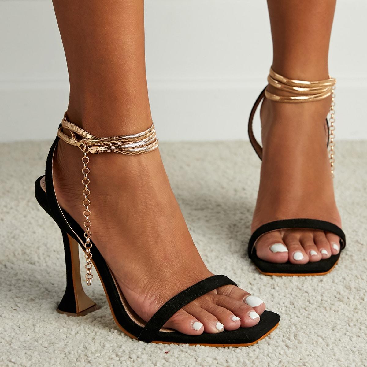 Сандалии на каблуке с цепочкой