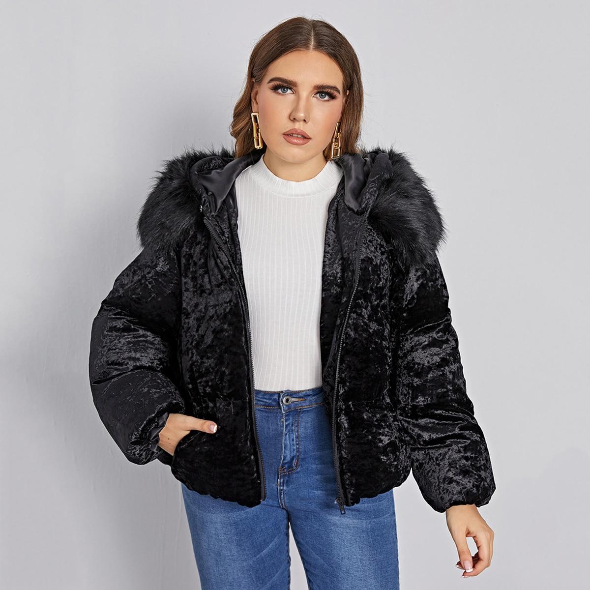 Утепленная куртка размера плюс с капюшоном  и искусственным мехом на молнии