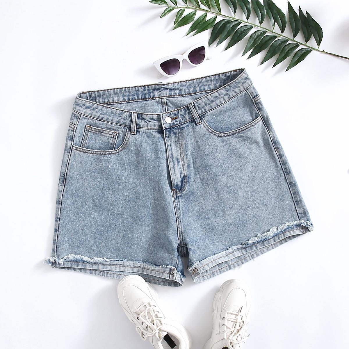 На пуговицах одноцветный джинсовые шорты размер плюс