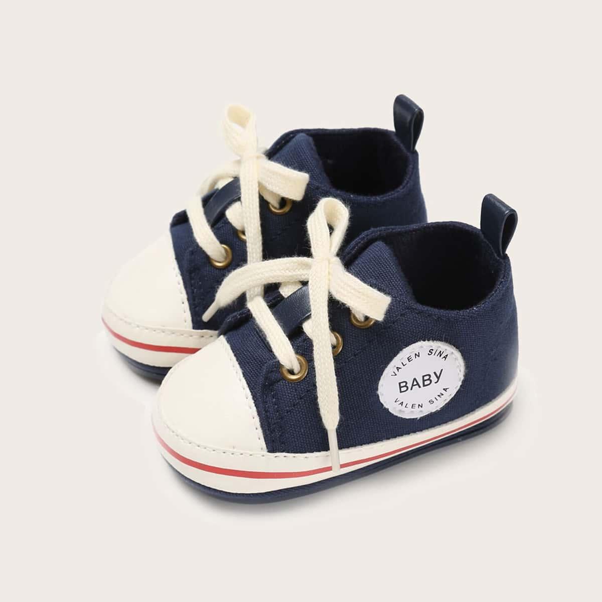 Кроссовки на шнурках с текстовой заплатой для мальчиков