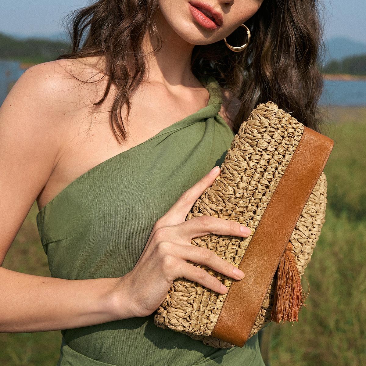 Соломенная сумка-клатч с бахромой