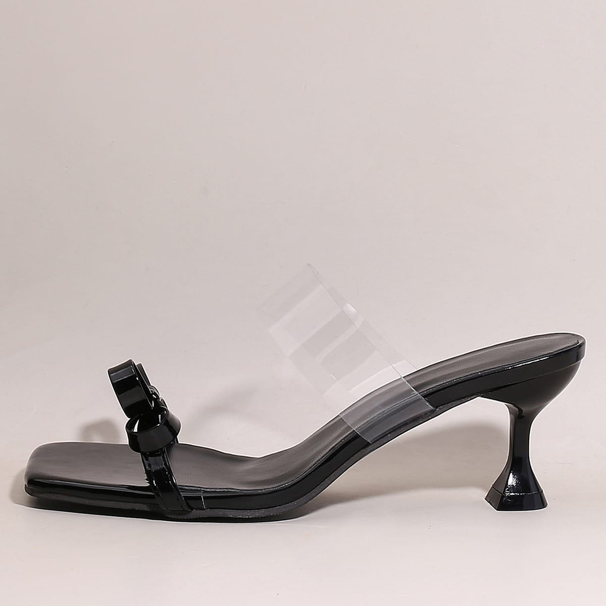 Сандалии на каблуках с бантом