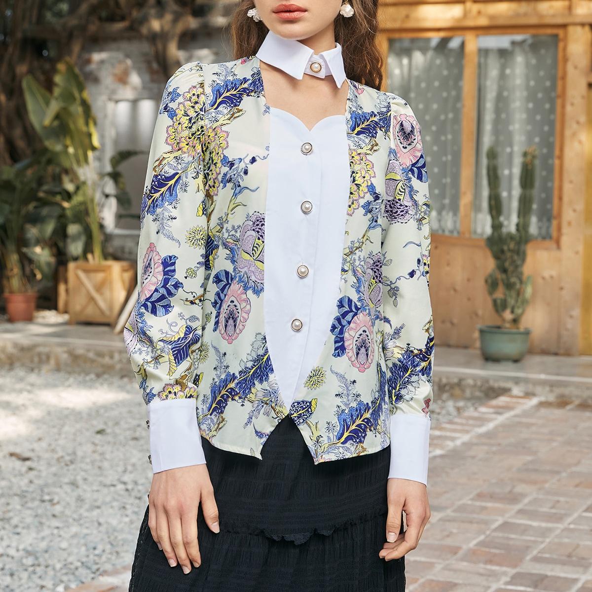 Bluse mit Blumen Muster und Ausschnitt vorn
