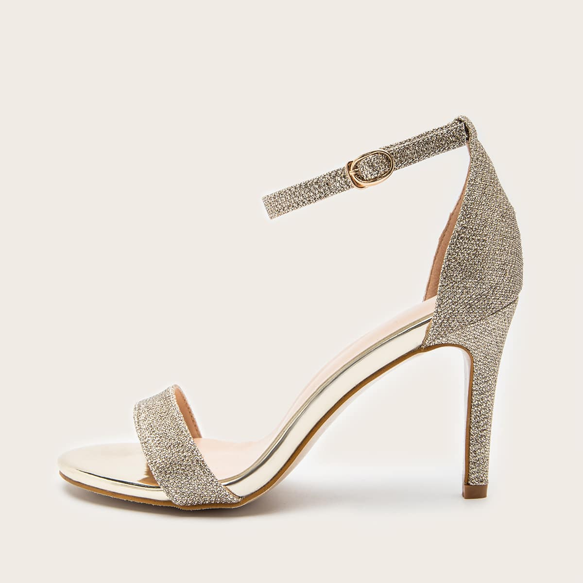 Блестящие сандалии на высоком каблуке