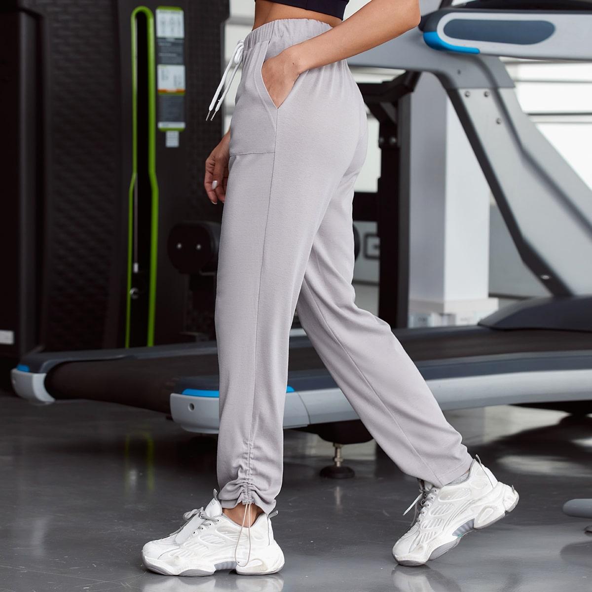 На кулиске одноцветный спортивные брюки