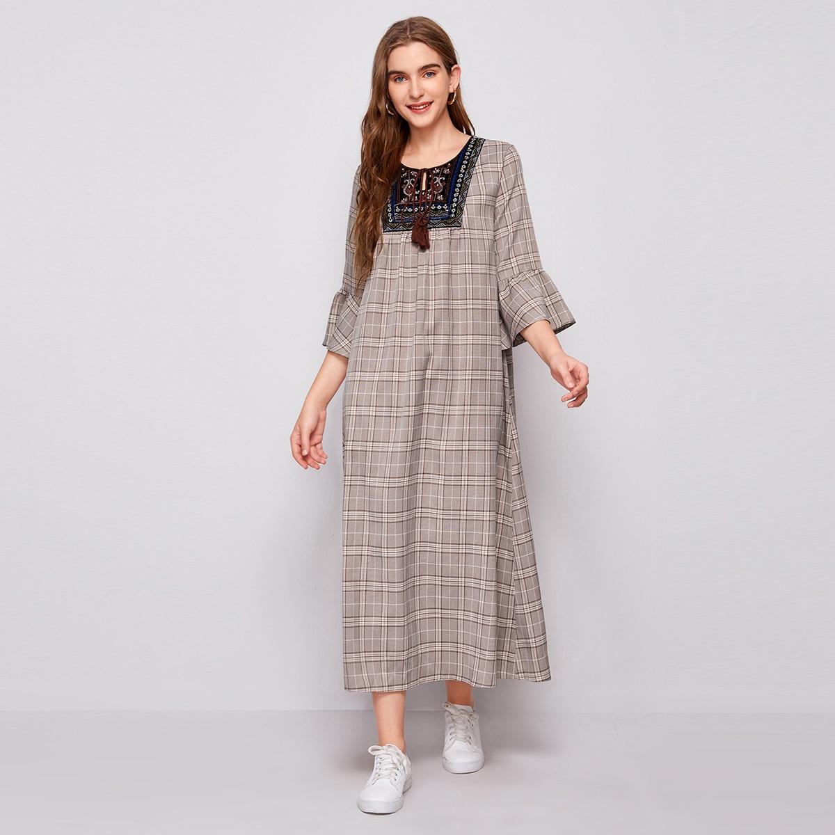Платье в клетку с вышивкой и воротником-бантом
