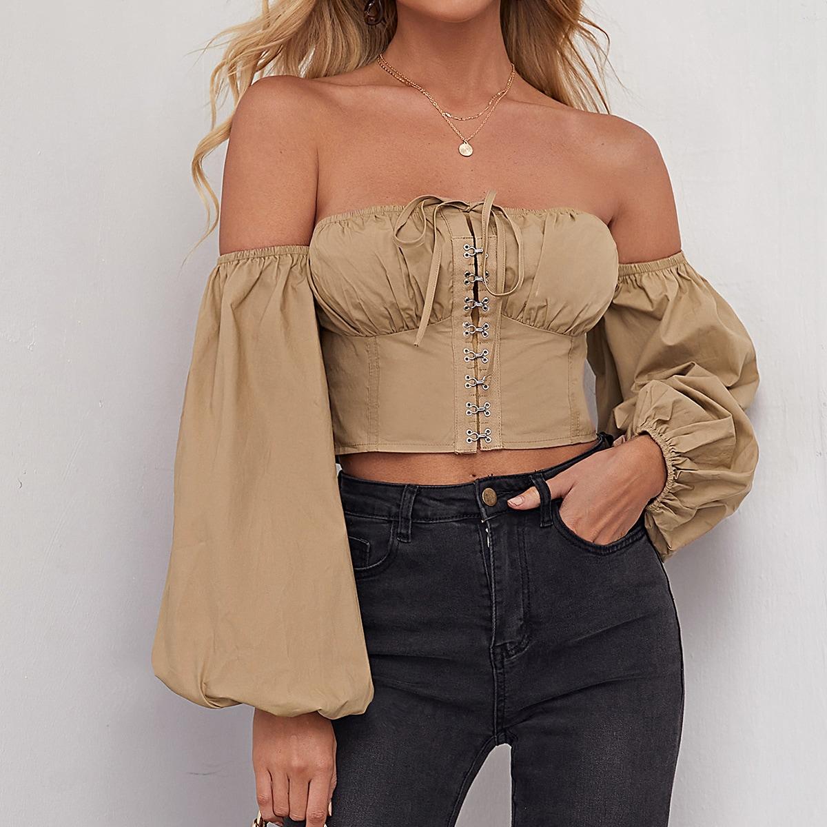 Блуза на крючках с открытыми плечами