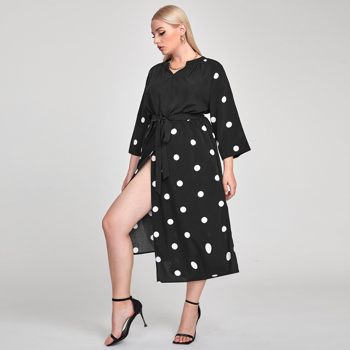 Платье размера плюс в горошек с поясом