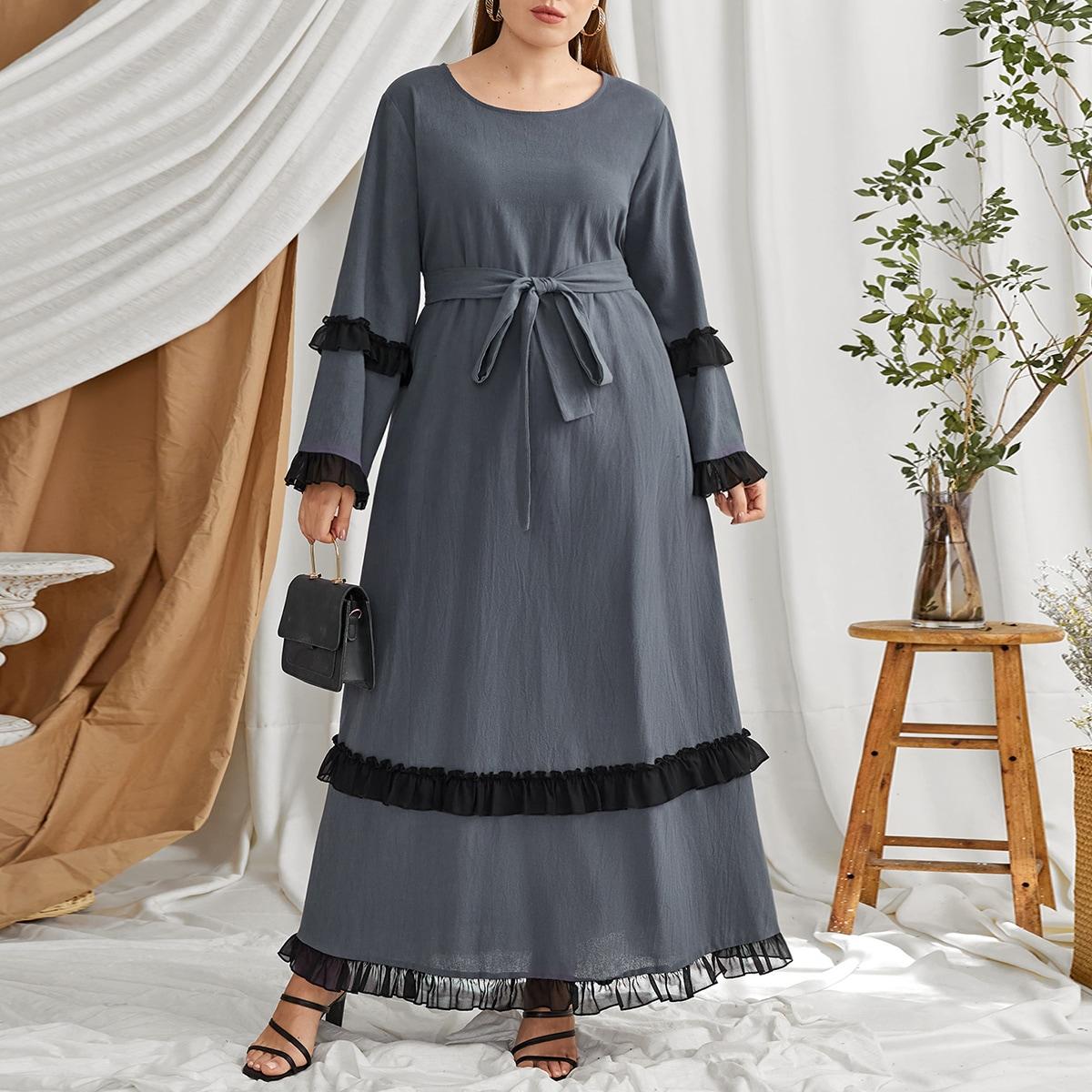 Контрастное платье размера плюс с поясом