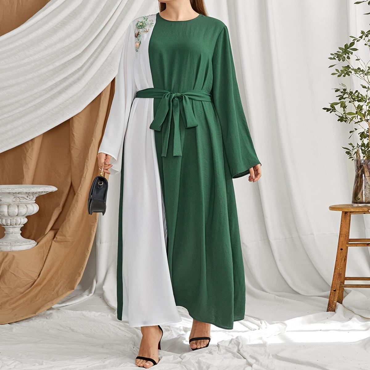 Контрастное многослойное платье размера плюс с поясом