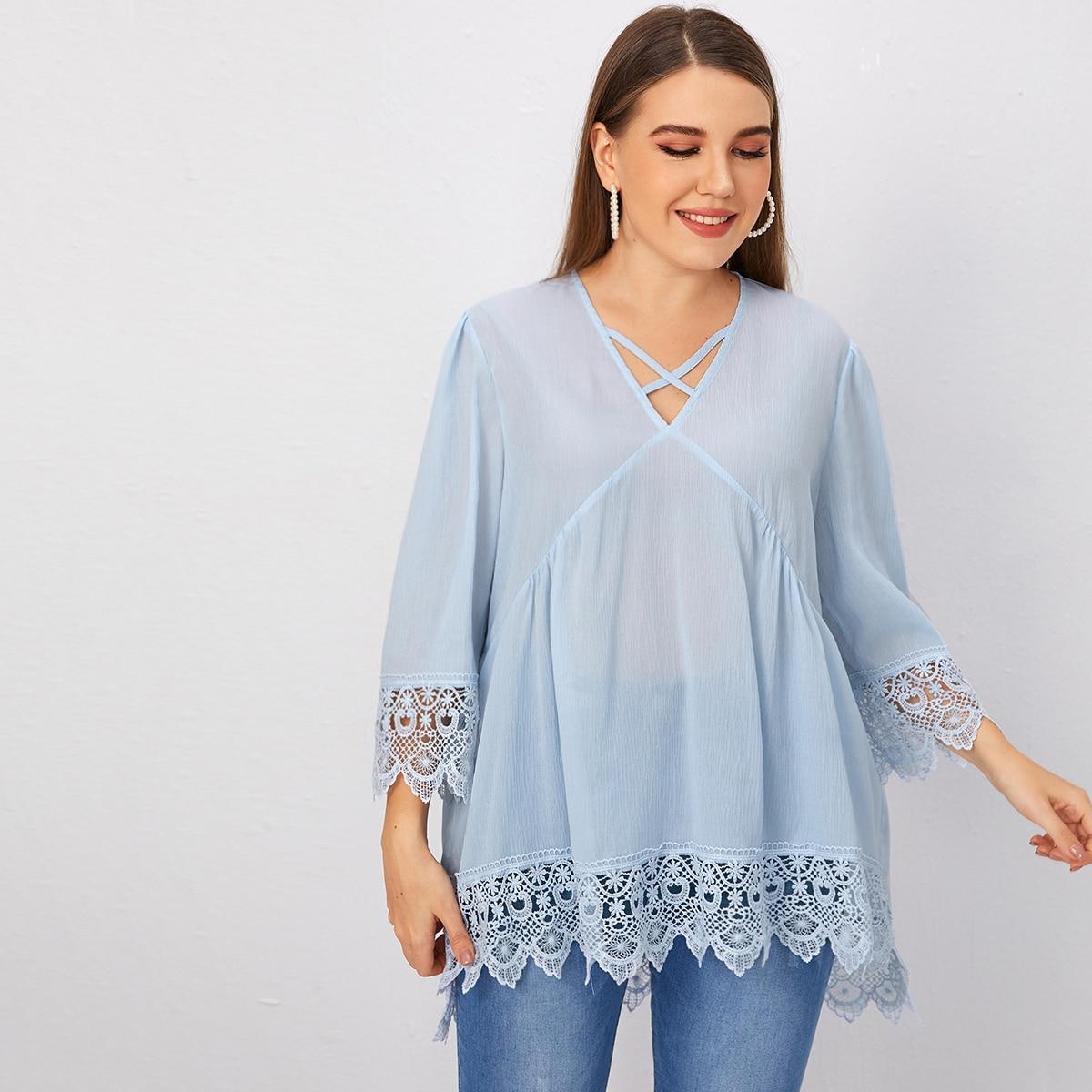 Асимметричная блузка размера плюс с кружевной отделкой