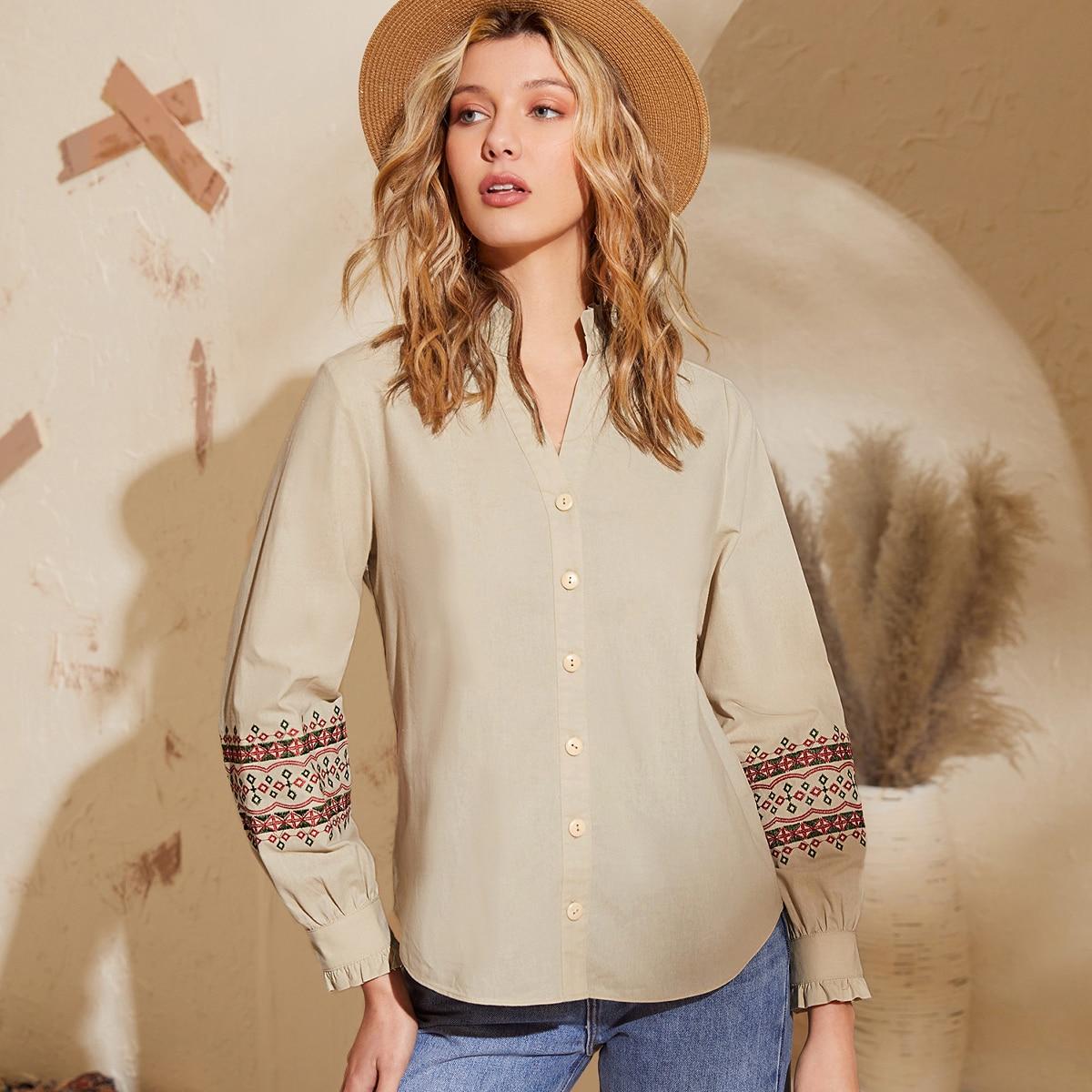 Блузка с геометрической вышивкой