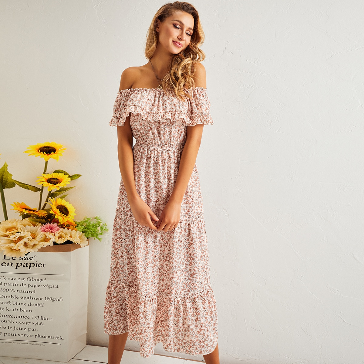 Многослойное платье с цветочным принтом и открытыми плечами