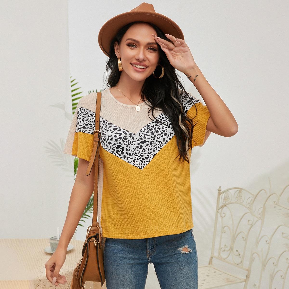 Контрастная вязаная футболка с леопардовым принтом по цене 660