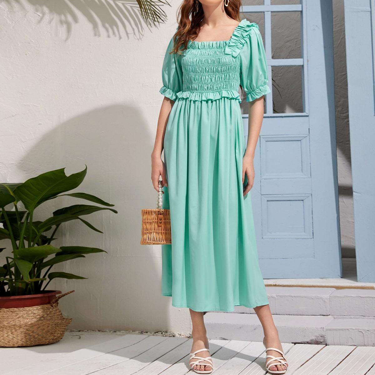 Платье с квадратным воротником и оборкой