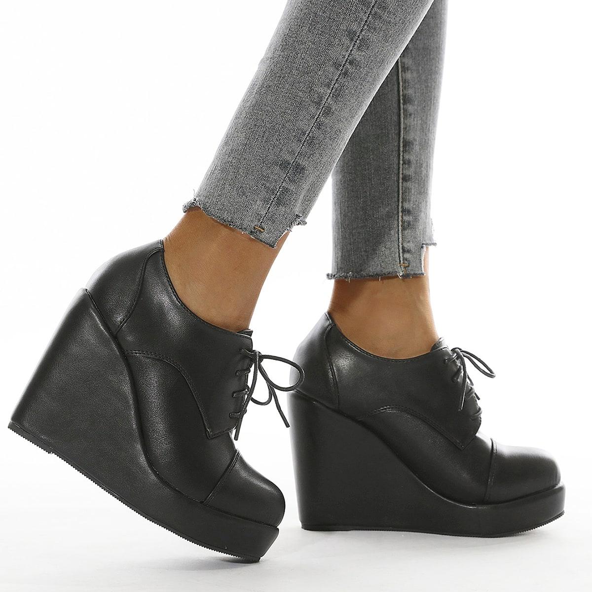 Туфли на танкетке со шнурком