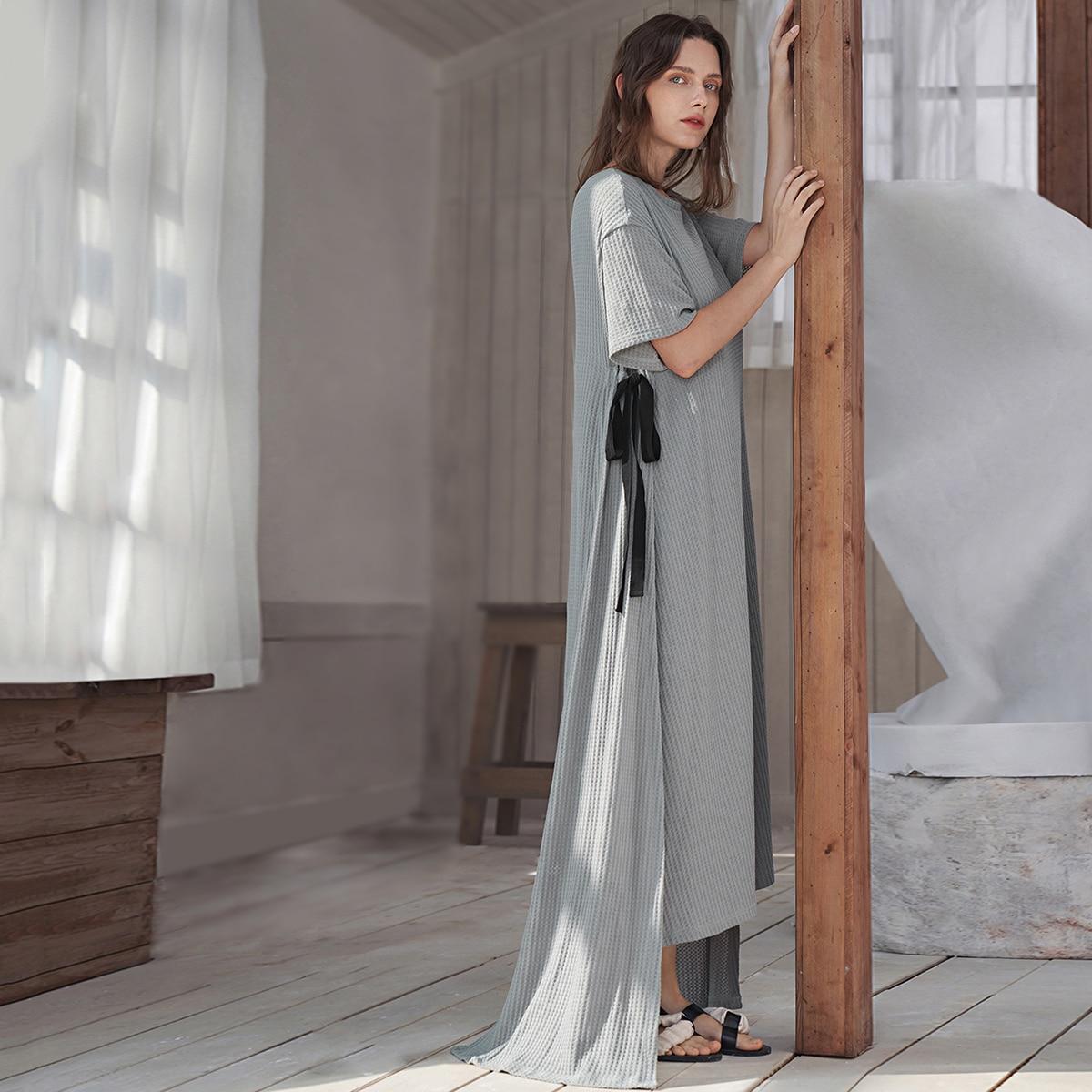 Strick Kleid mit seitlichen Knoten und asymmetrischem Saum