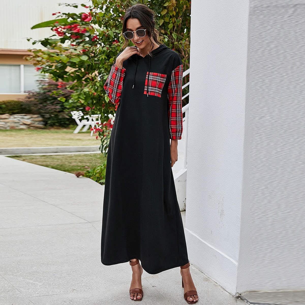 Контрастное платье-свитшот в клетку на кулиске с капюшоном