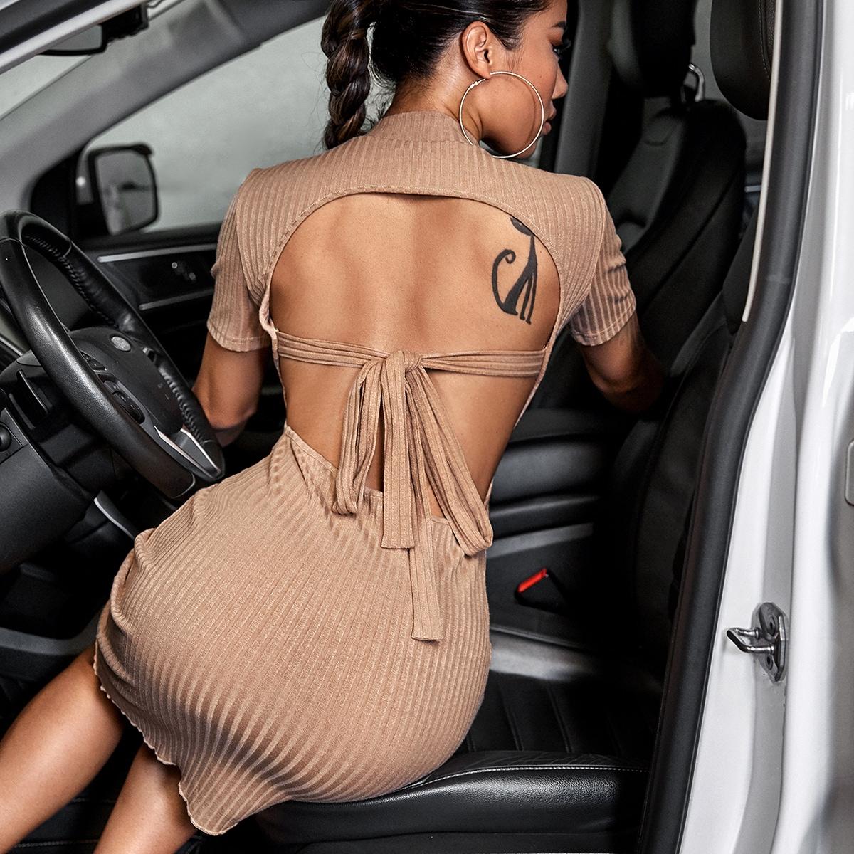 Вязаное облегающее платье в рубчик с открытой спиной