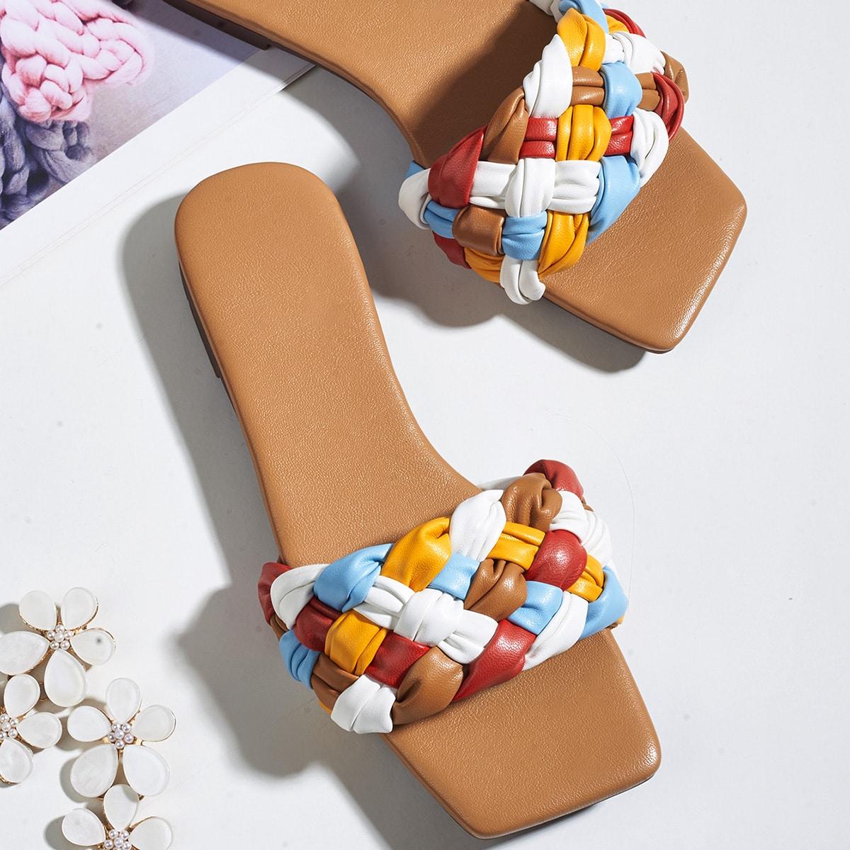 Контрастные плетеные сандалии