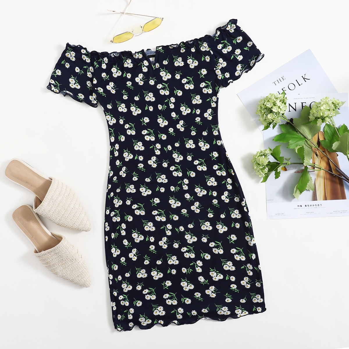 Платье с цветочным принтом и открытыми плечами