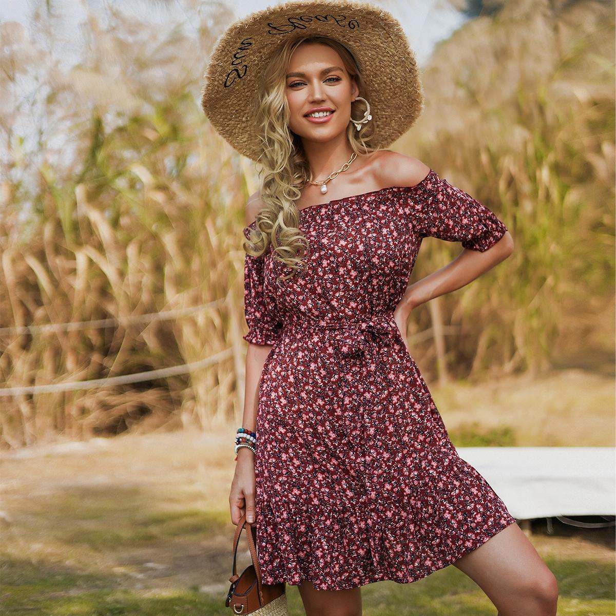 Платье с цветочным принтом, поясом и открытыми плечами