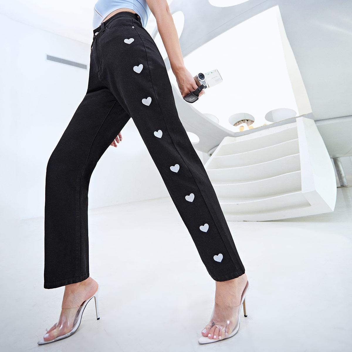 Прямые джинсы с вышивкой сердечка
