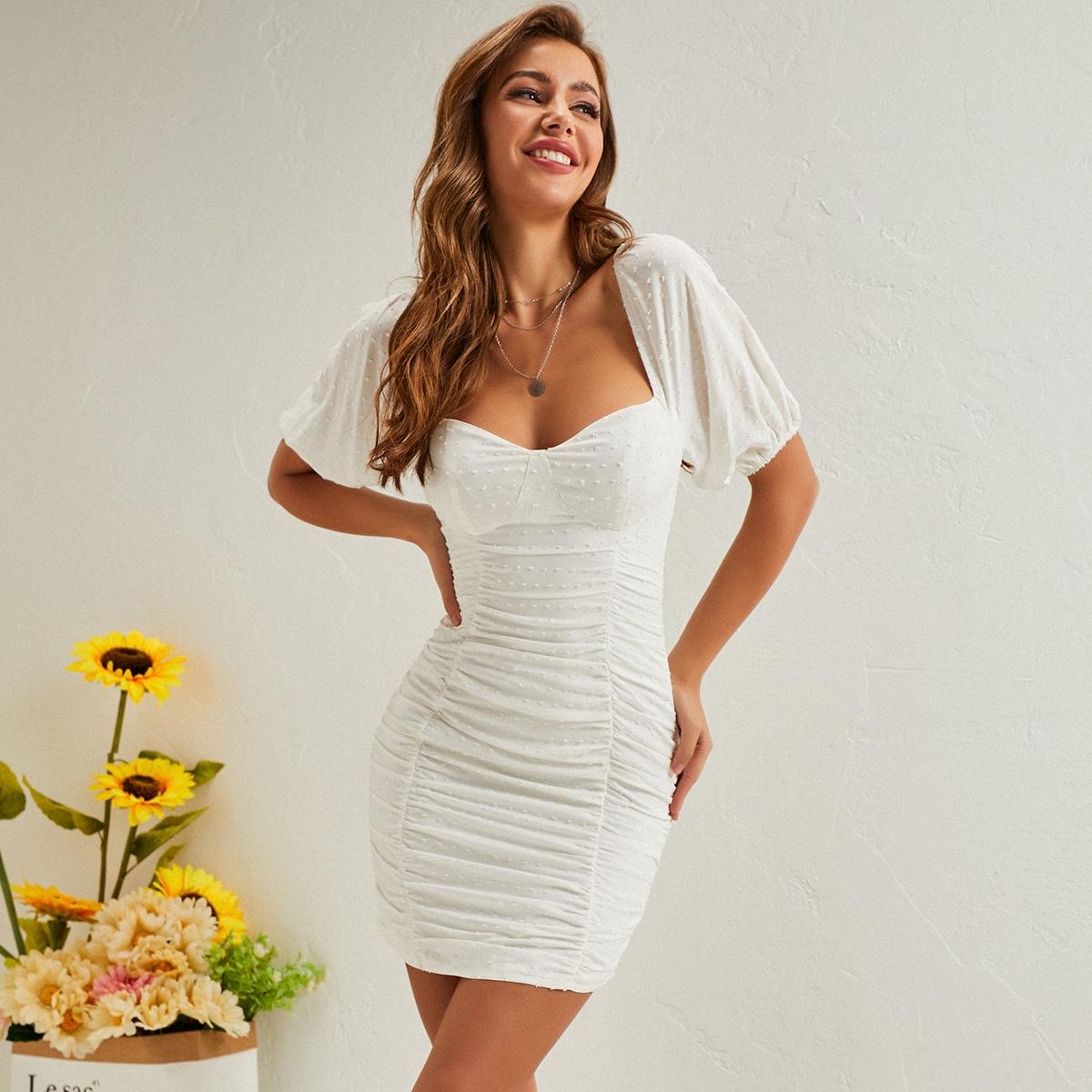Облегающее платье с воротником-сердечком и пышным рукавом