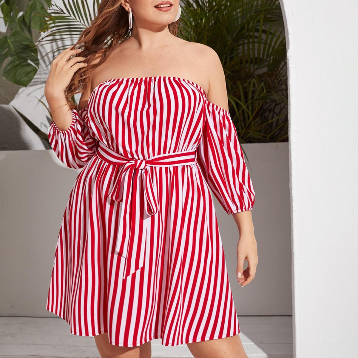 Платье размера плюс в полоску с поясом и открытыми плечами
