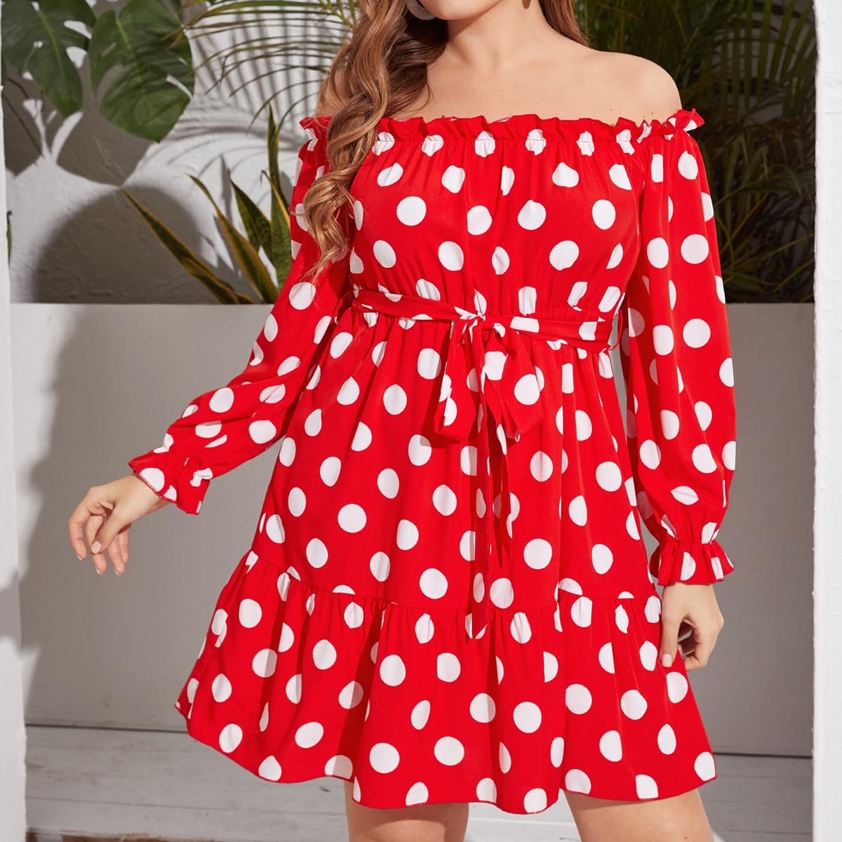 Платье размера плюс с открытыми плечами и поясом в корошек