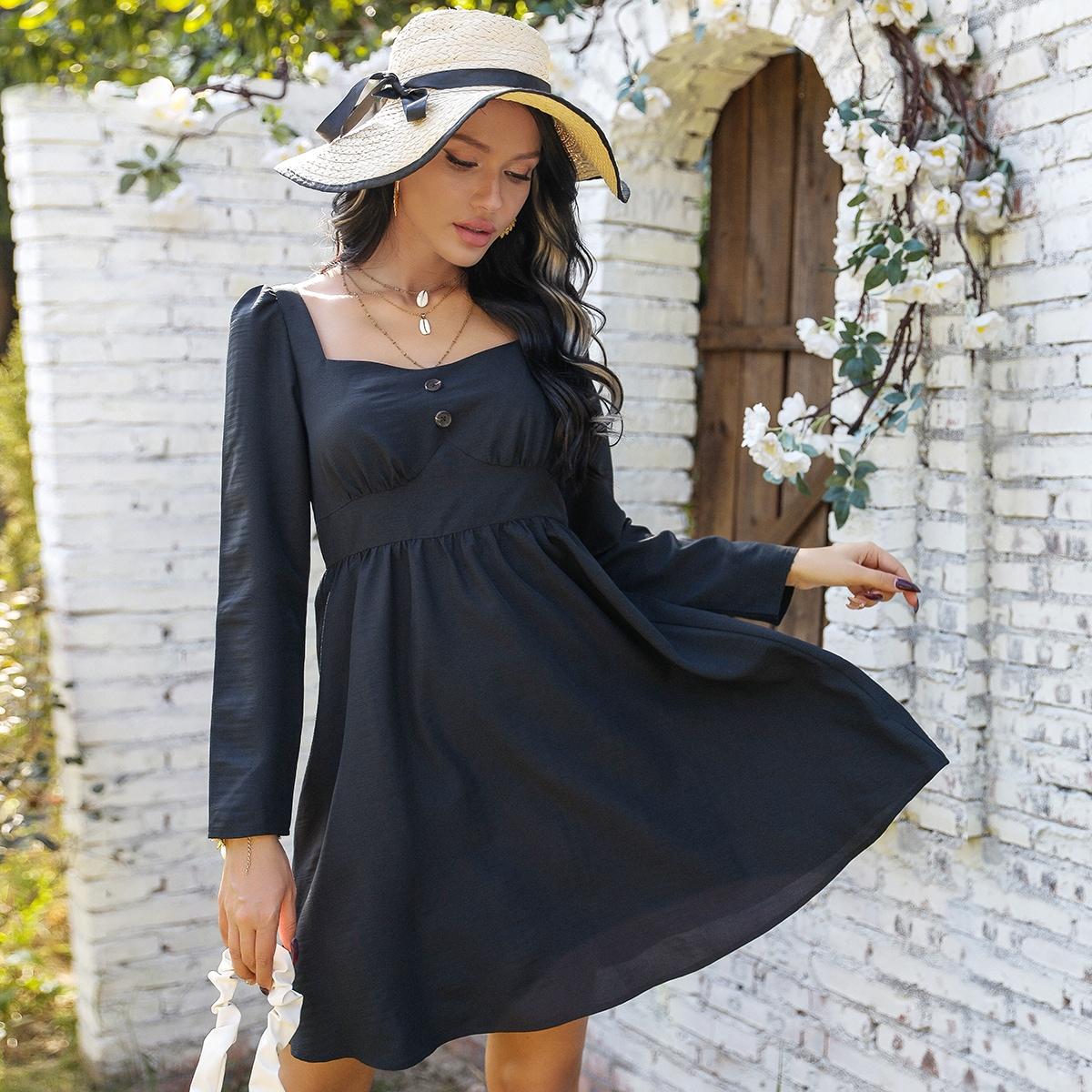 Платье с пуговицами и квадратным воротником