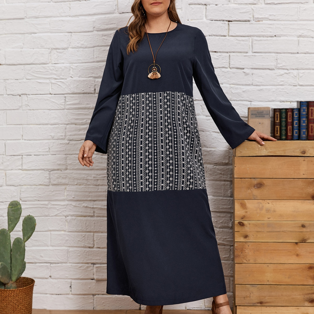 Контрастное платье размера плюс с геометрическим принтом