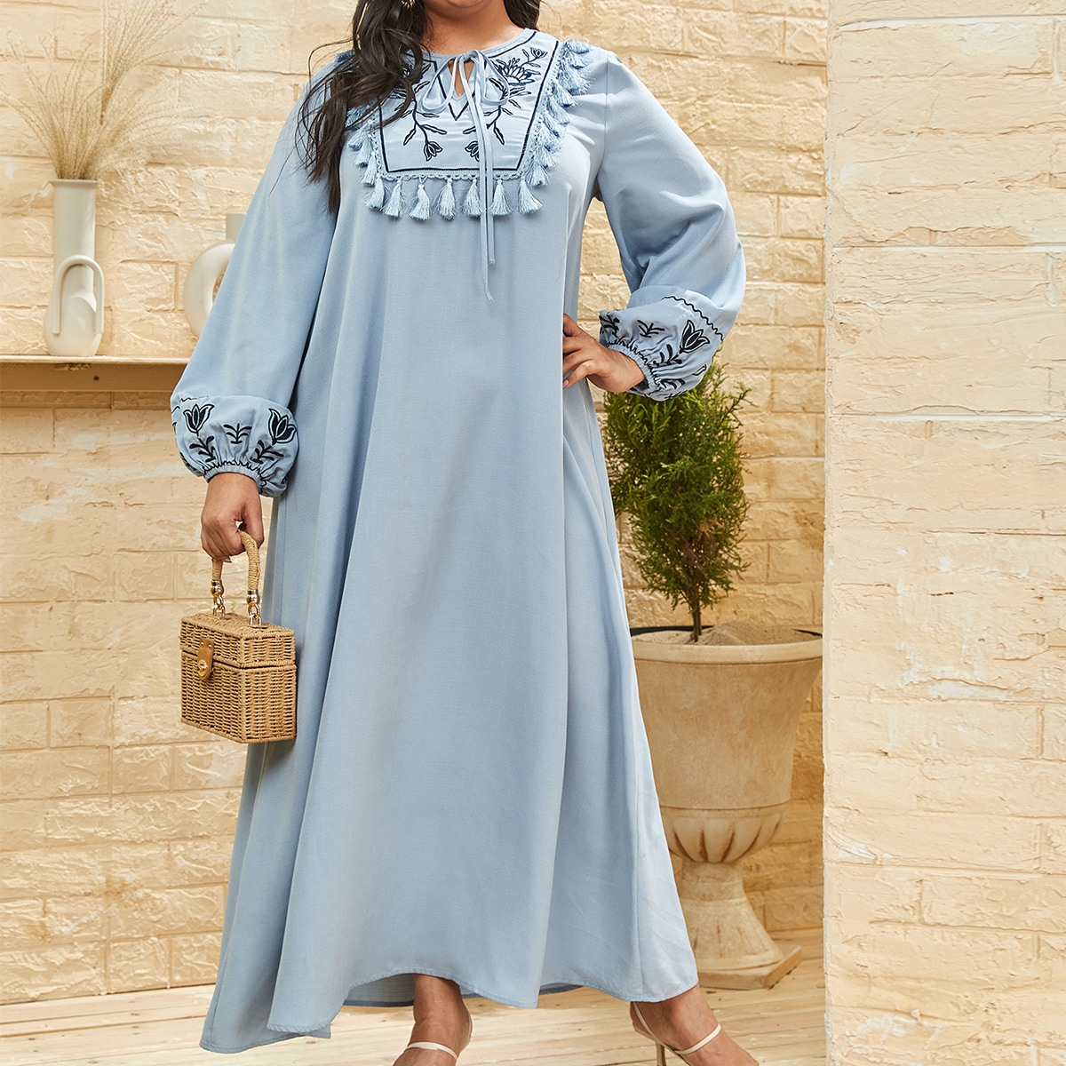 Платье размера плюс с воротником-бантом и цветочной вышивкой