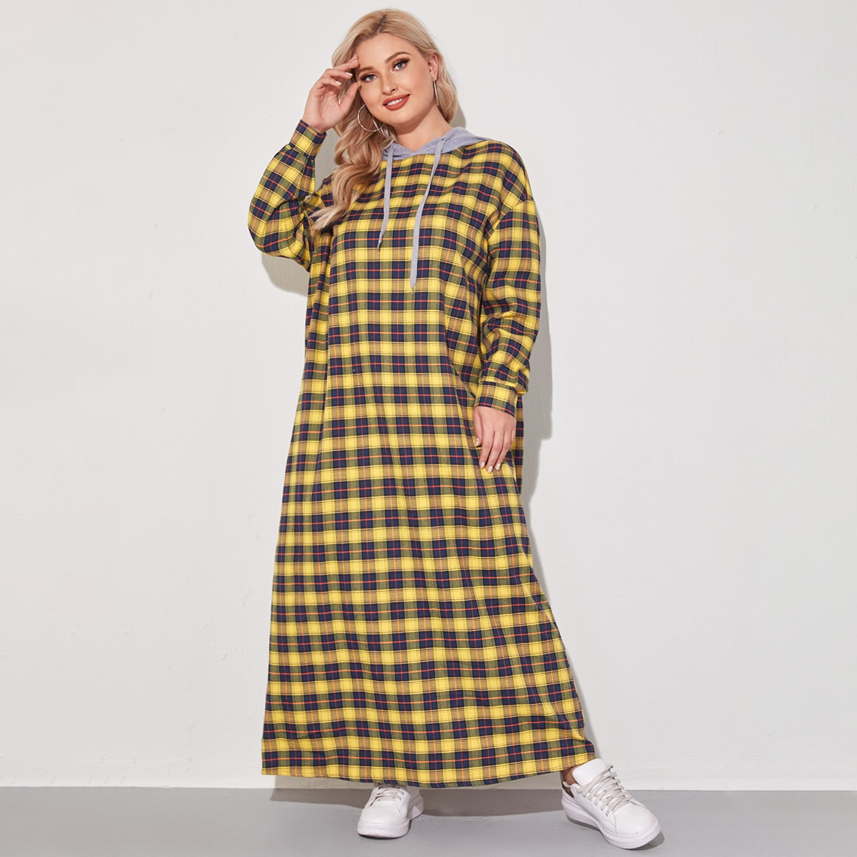 Платье-свитшот размера плюс с капюшоном на кулиске в клетку