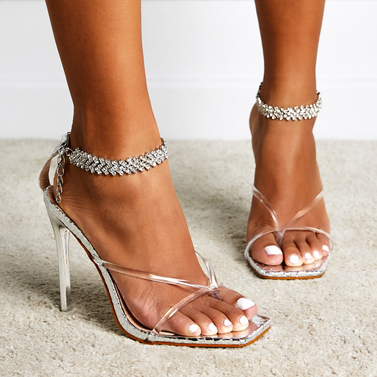 Прозрачные сандалии на каблуках со стразами