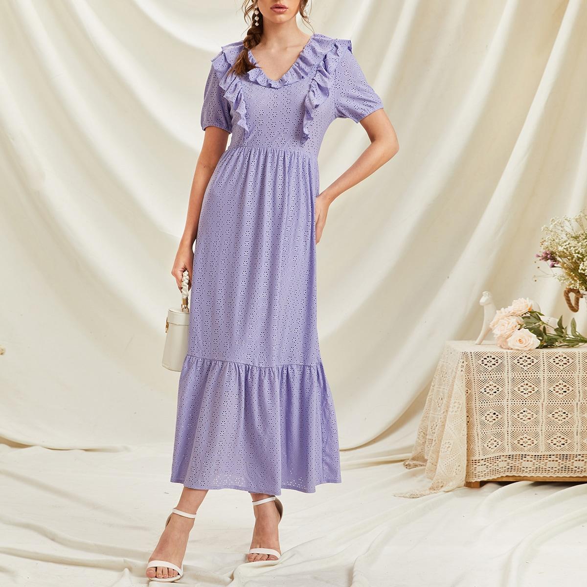 Однотонное платье с ажурной вышивкой по цене 1 760