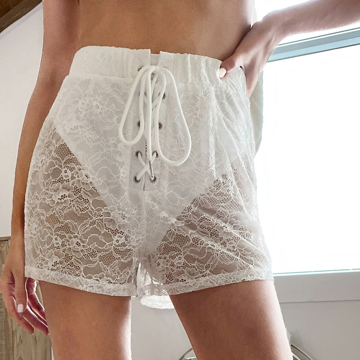 Прозрачные кружевные шорты со шнурком