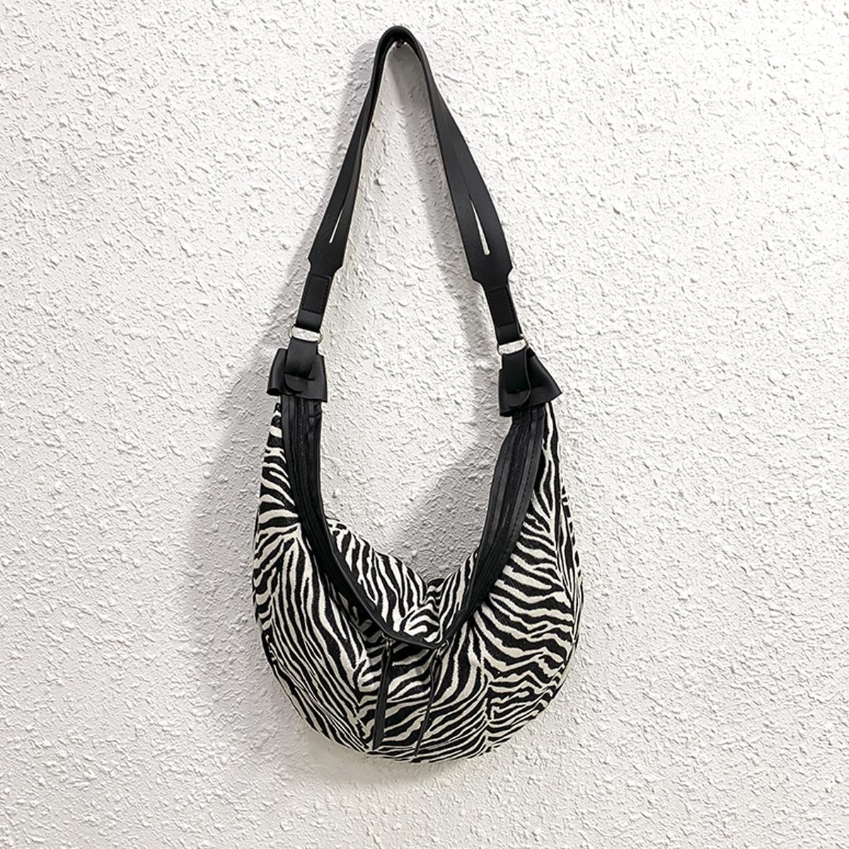Сумка-хобо с принтом зебры
