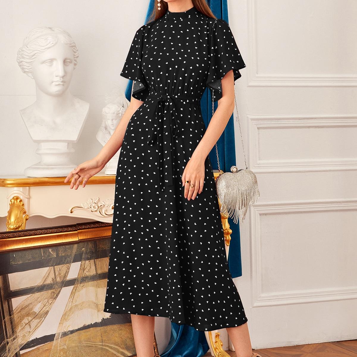 Платье с вырезом-стойкой и сердечным принтом