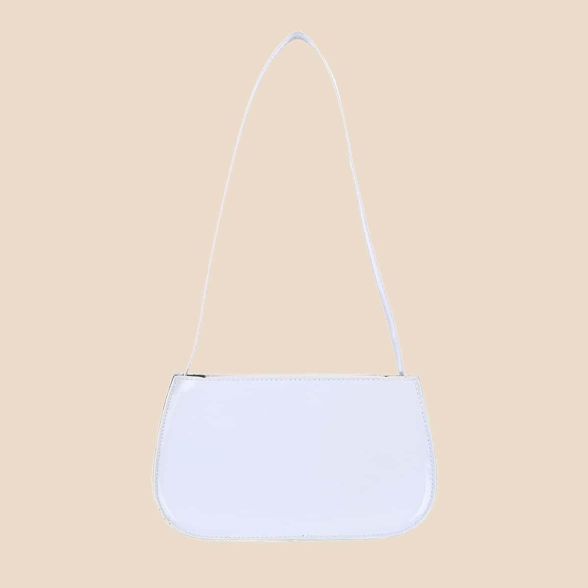 Минималистичная сумка-багет из лакированной кожи