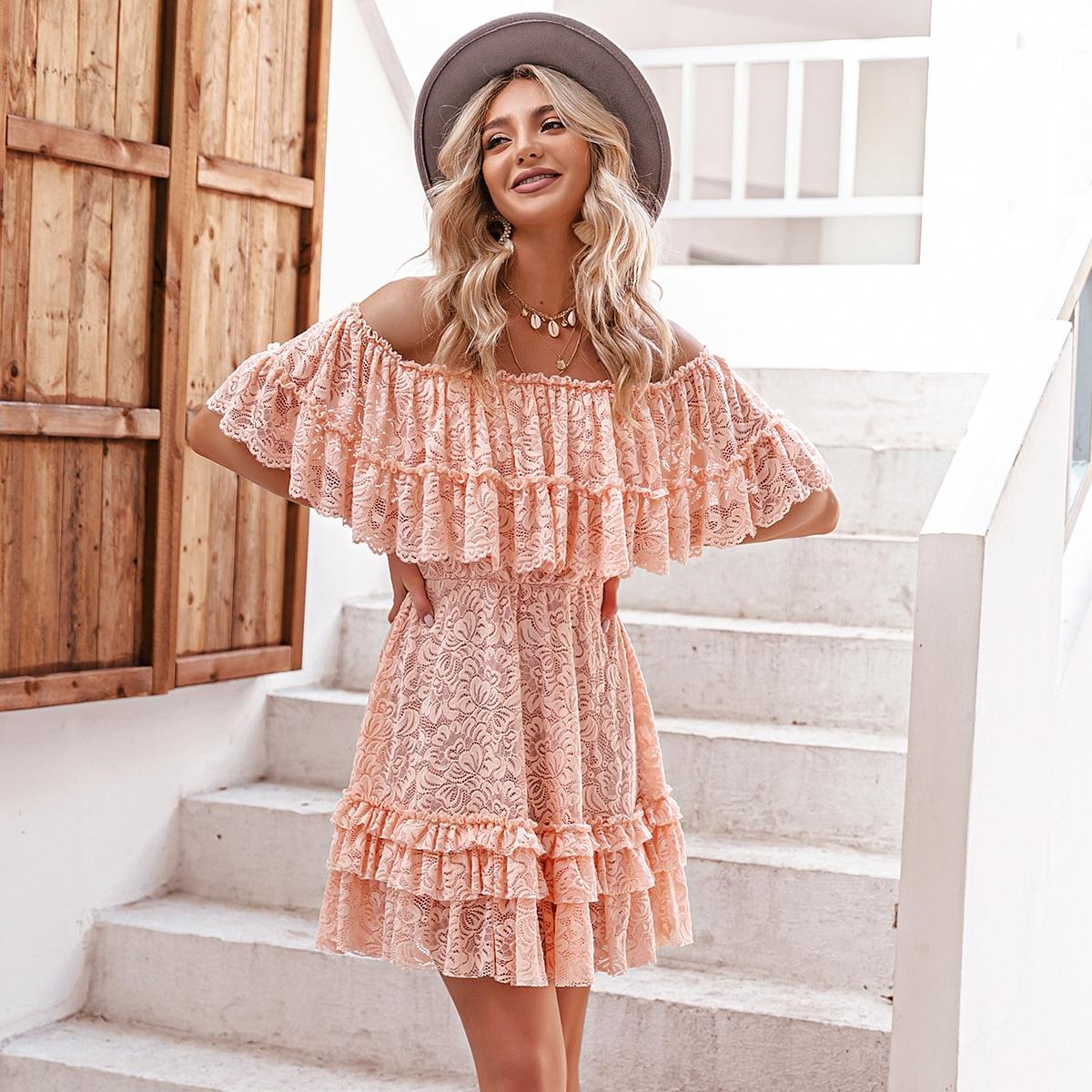 Кружевное платье с открытыми плечами