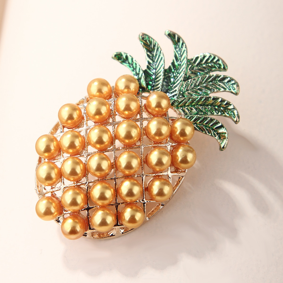 Брошь в форме фруктов с искусственным жемчугом