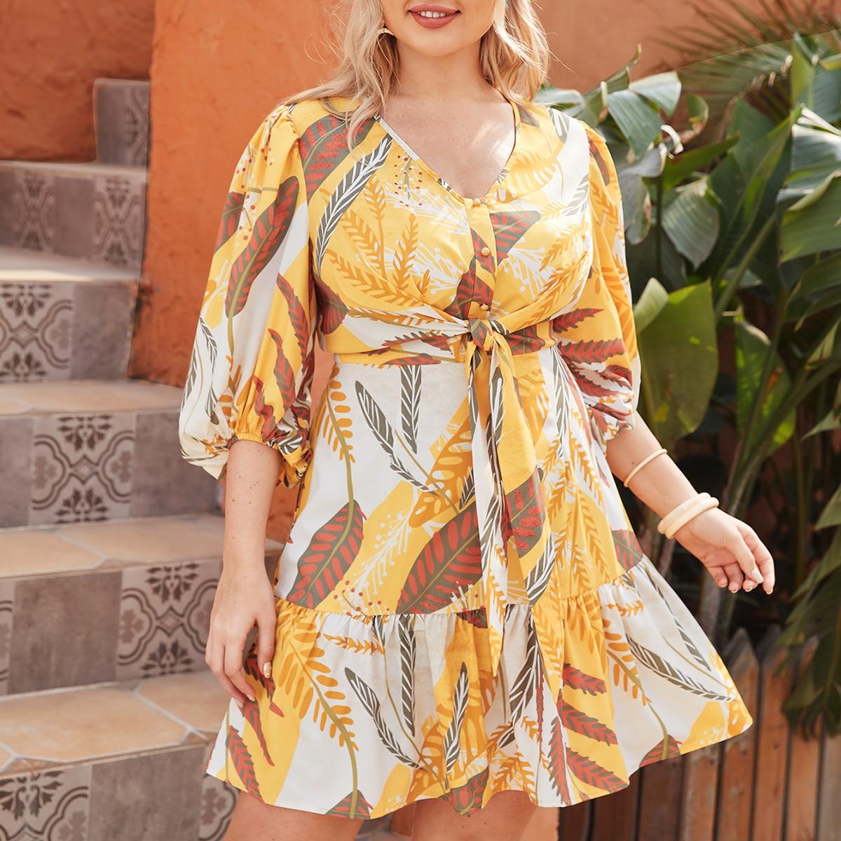 Платье с графическим принтом и поясом размера плюс