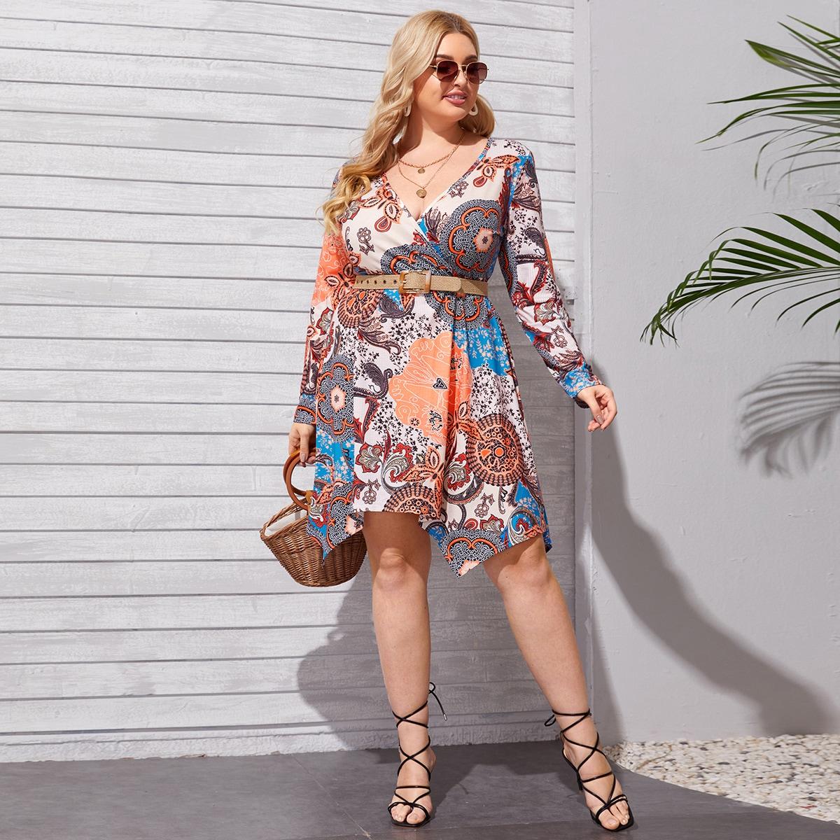 Платье размера плюс с цветочным принтом и v-образным воротником без пояса