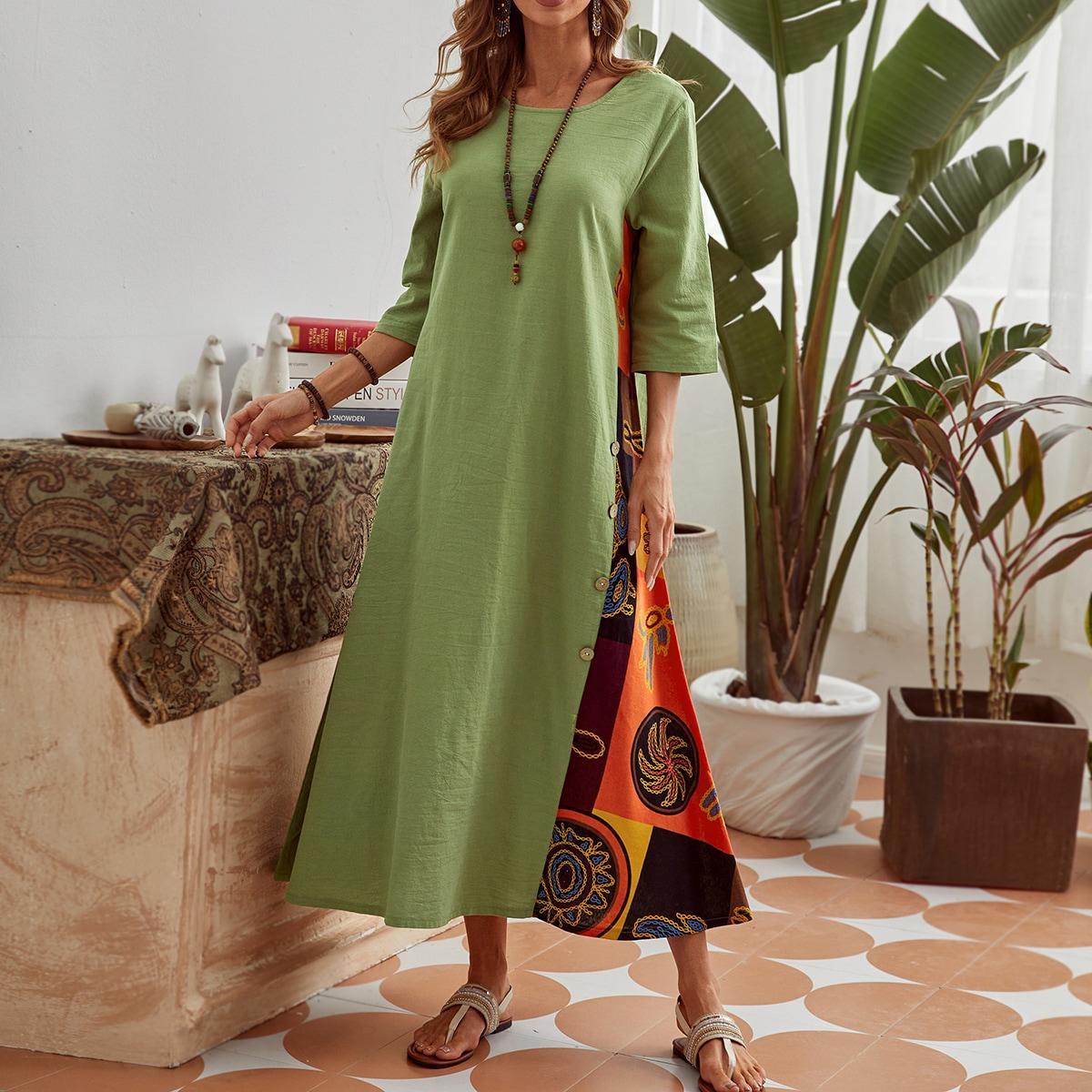 Платье с графическим принтом и пуговицами