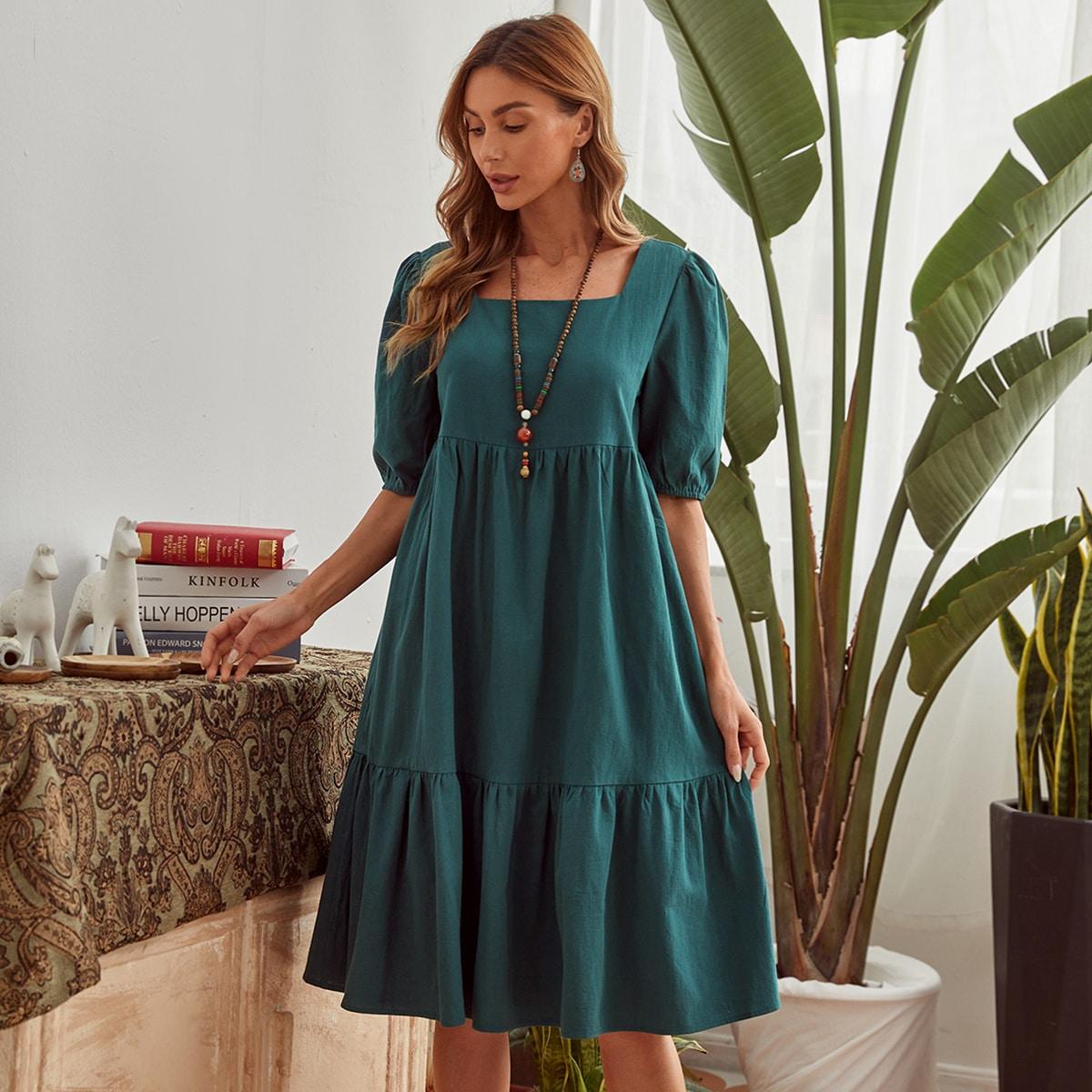 Платье с пышным рукавом и квадратным воротником