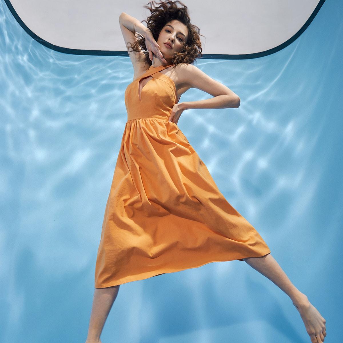 Платье-халтер с глубоким воротником