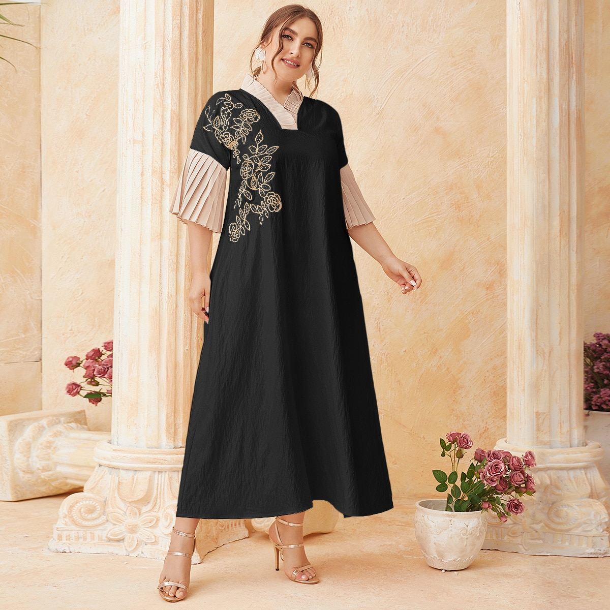 Платье размера плюс с цветочной вышивкой и складкой